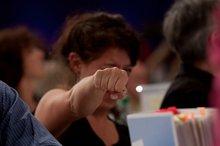 BJK-Delegierte mit kämfperischer Pose