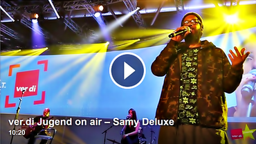 Screenshot von Samy Deluxe bei einem Live-Auftritt für ver.di