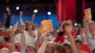 Jugenddelegierte bei Abstimmung auf der Bundeskonferenz